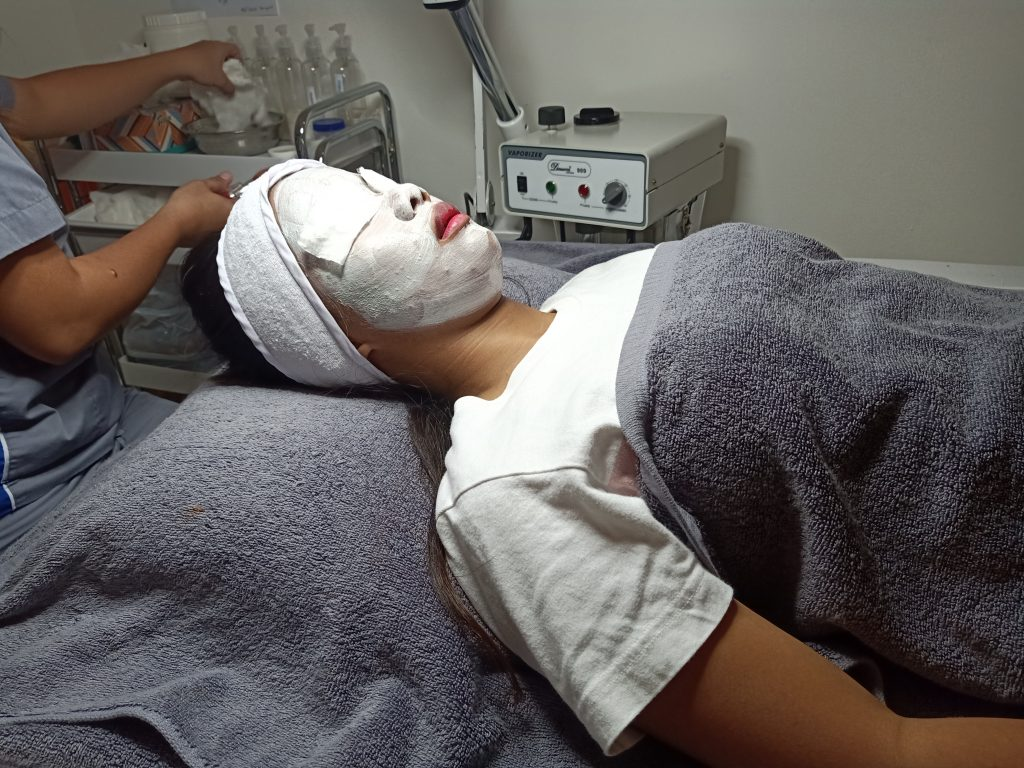 "ALT=""skin and facial treatment with a gel mask"""