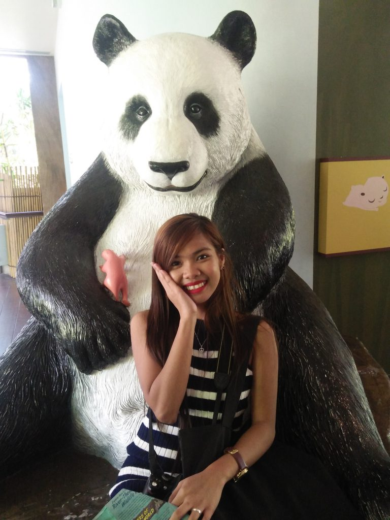 "ALT=""singapore travel guide and with the panda statue"""