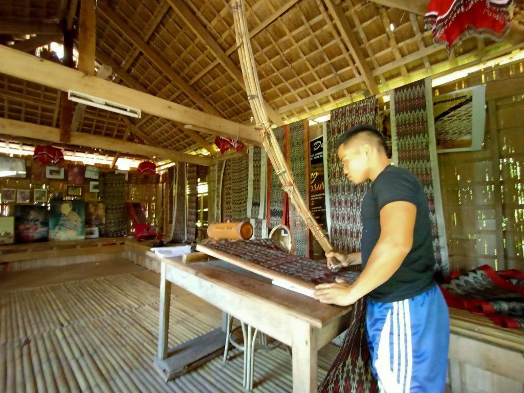 "ALT=""central mindanao lang dulay weaving"""