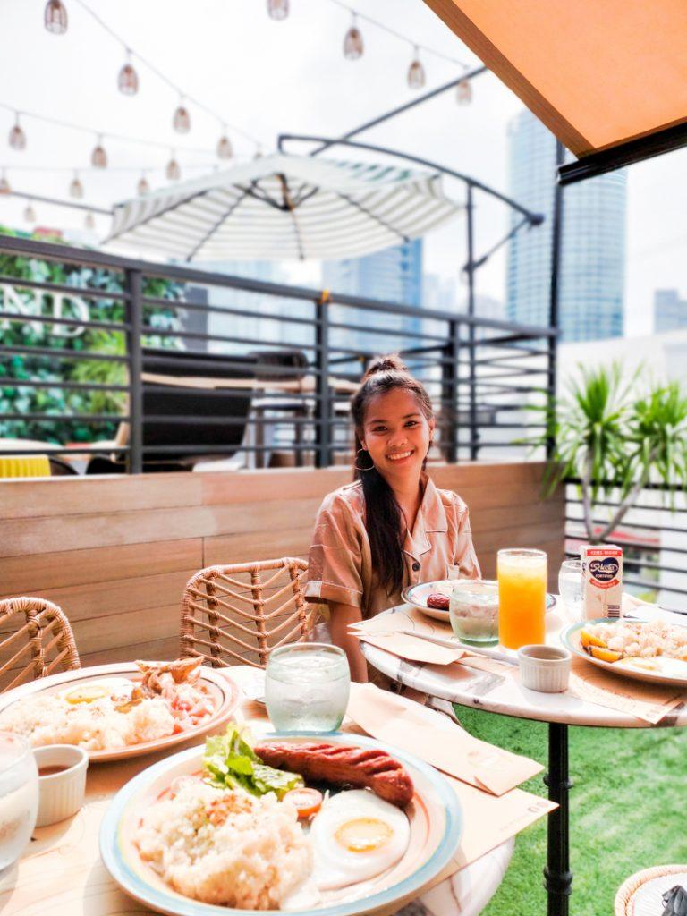 have breakfast at unwnd lux hostel